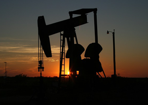 How to invest in oil stocks to minimize risks and maximize returns